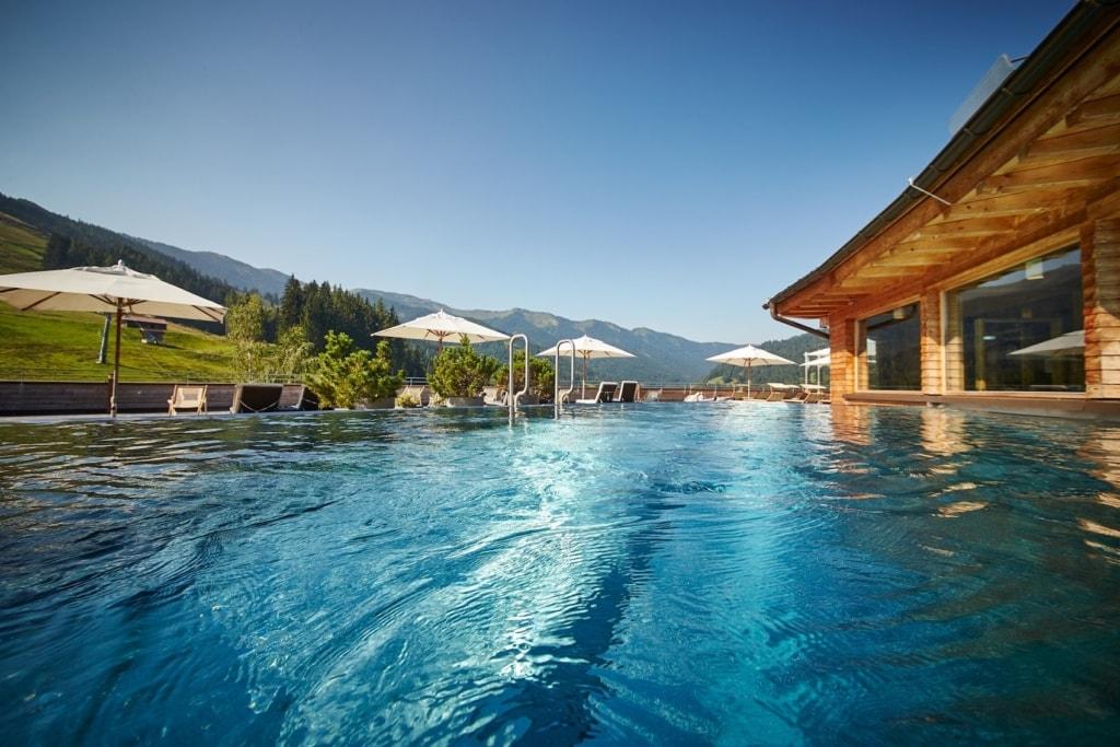Im Holzhotel Forsthofalm können Gäste alle Vorzüge der umliegenden Berge genießen.
