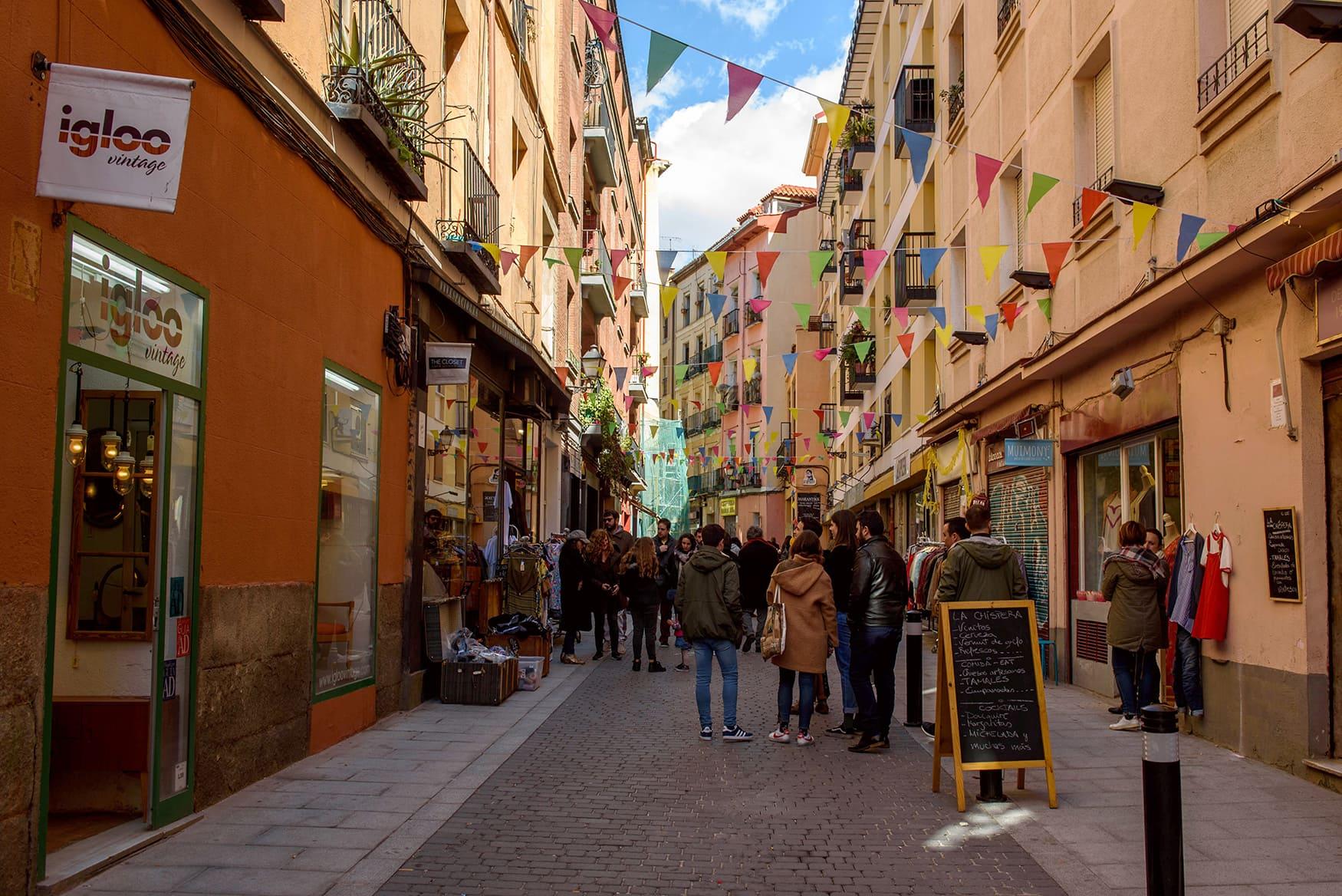 Menschen in kleiner Gasse in Madrid, nahe Flohmarkt