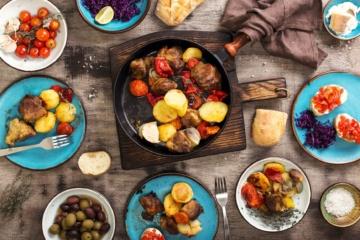 Mediterrane Gerichte aus Italien auf einem Tisch