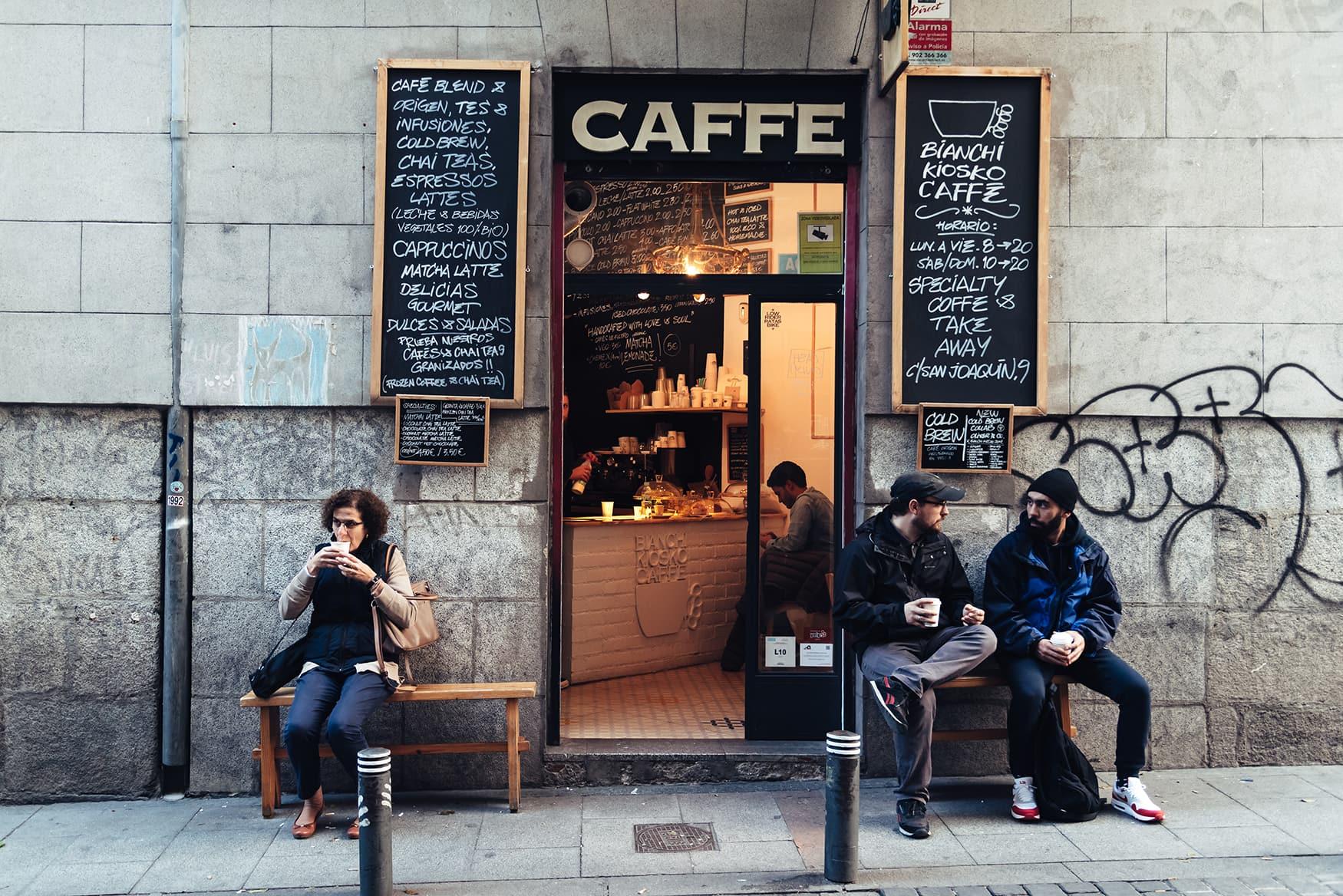 Einheimische vor Café in Madrid