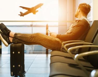 Junger Mann Flughafen Koffer Flugzeug