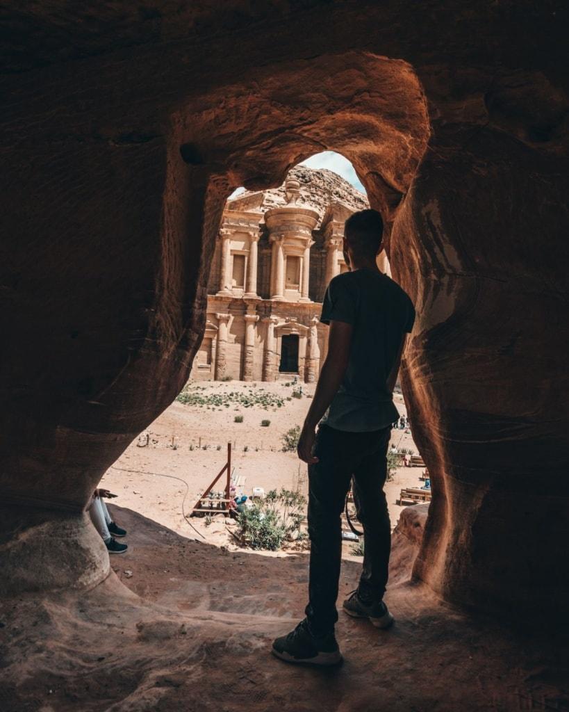 Junger Mann in Petra Jordanien