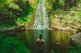 Junger Mann vor Lagune auf Hawaii