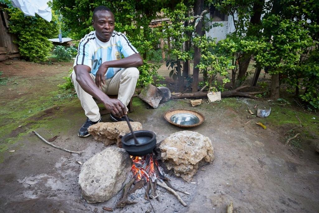 Mann in Tansania vor Feuerstelle