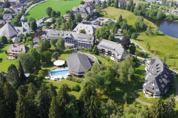 Parkhotel-Adler-Luftaufnahme-mit Kirchblick-und Adlerseeauf-dem Grundstück