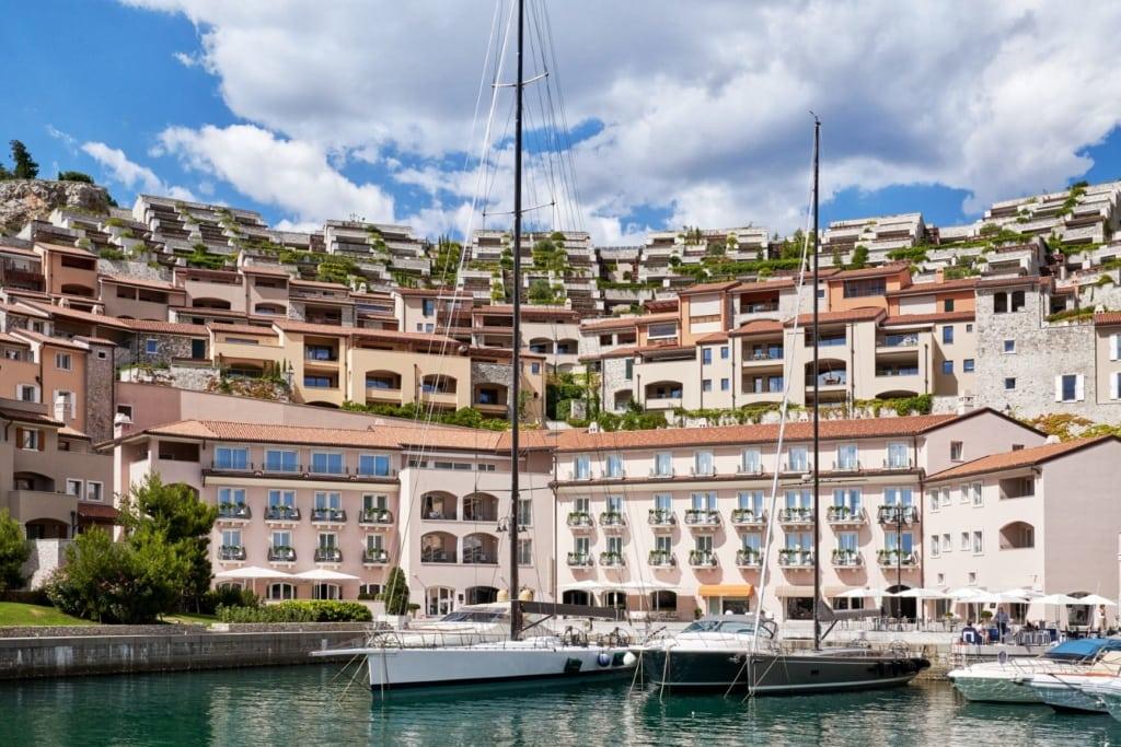Blick auf das Falisia Hotel in Portopiccolo
