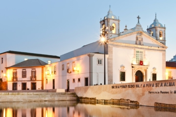 Kirche in Lagos (Portugal) bei Dämmerung