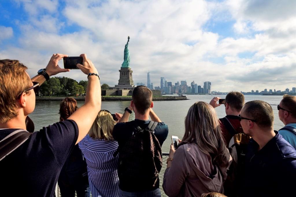 Touristen fotografien von Fähre die Freiheitsstatue in New York