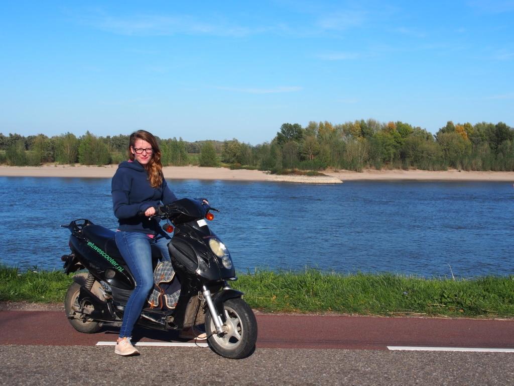 Nijmegen Actief verleiht Waal-Scooter mit denen man durch das schöne Deichgebiet gleich am Fluss flitzen kann.