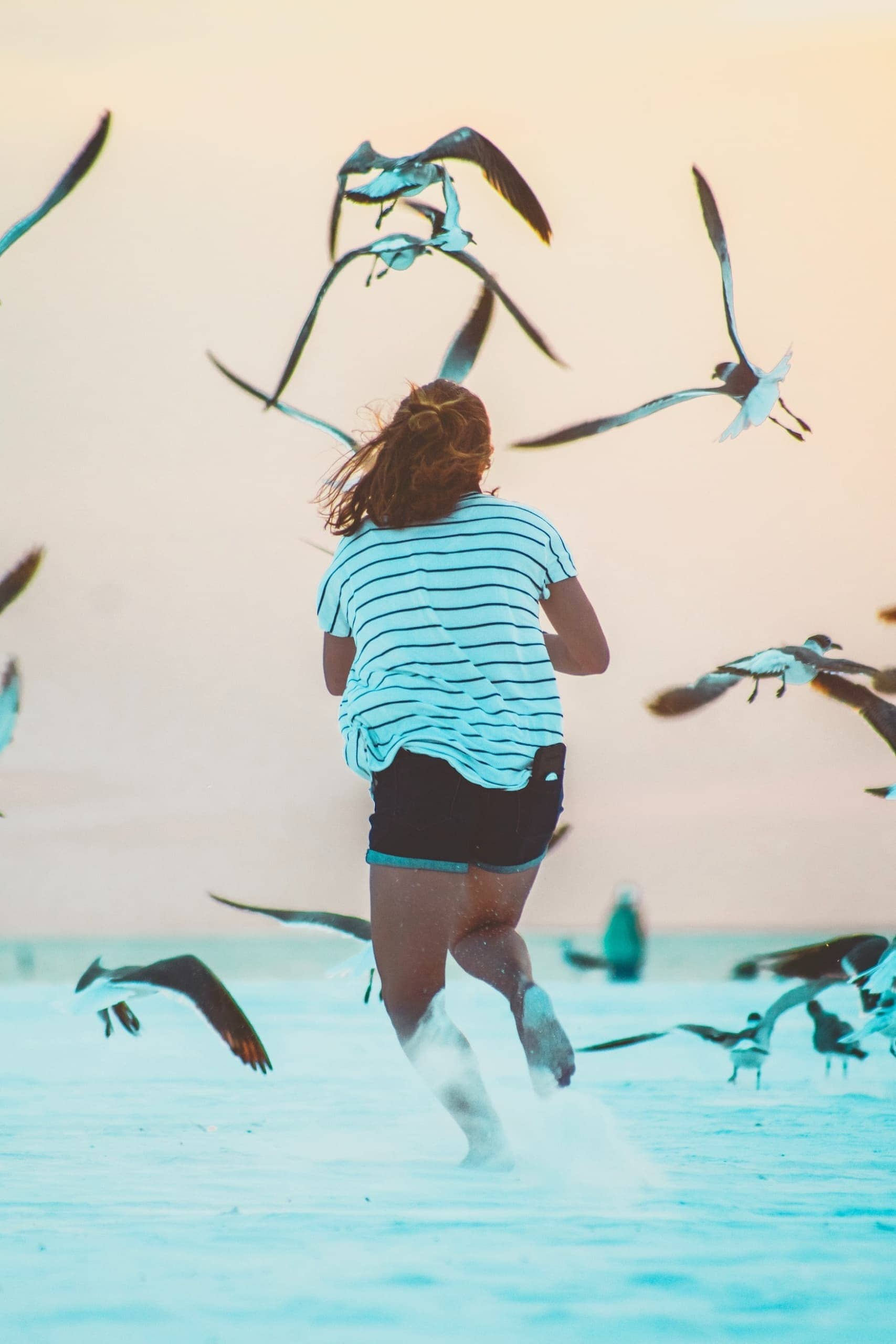 Mädchen läuft ins Meer