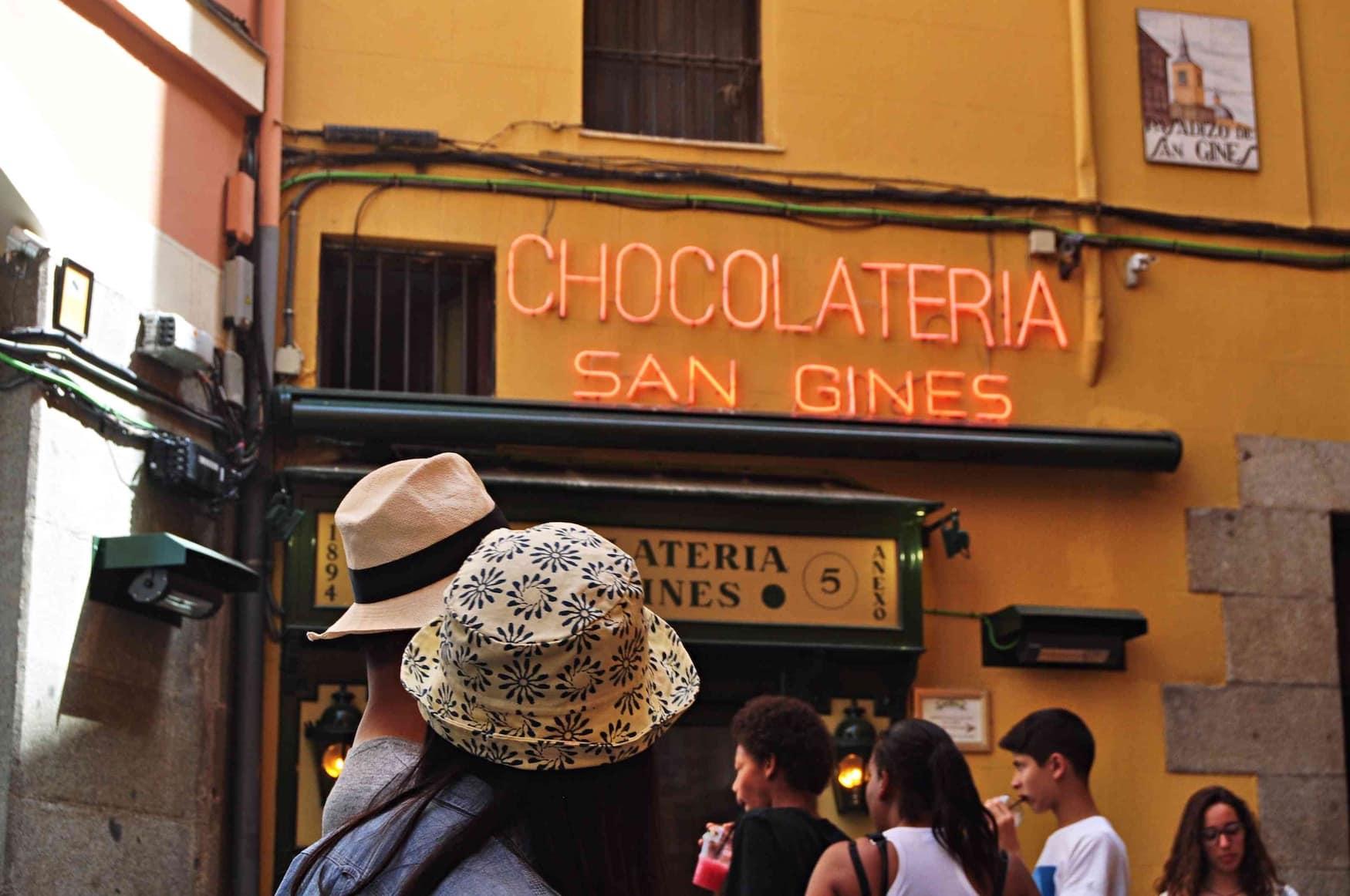 Touristen vor einer der besten Chocolaterias der Stadt
