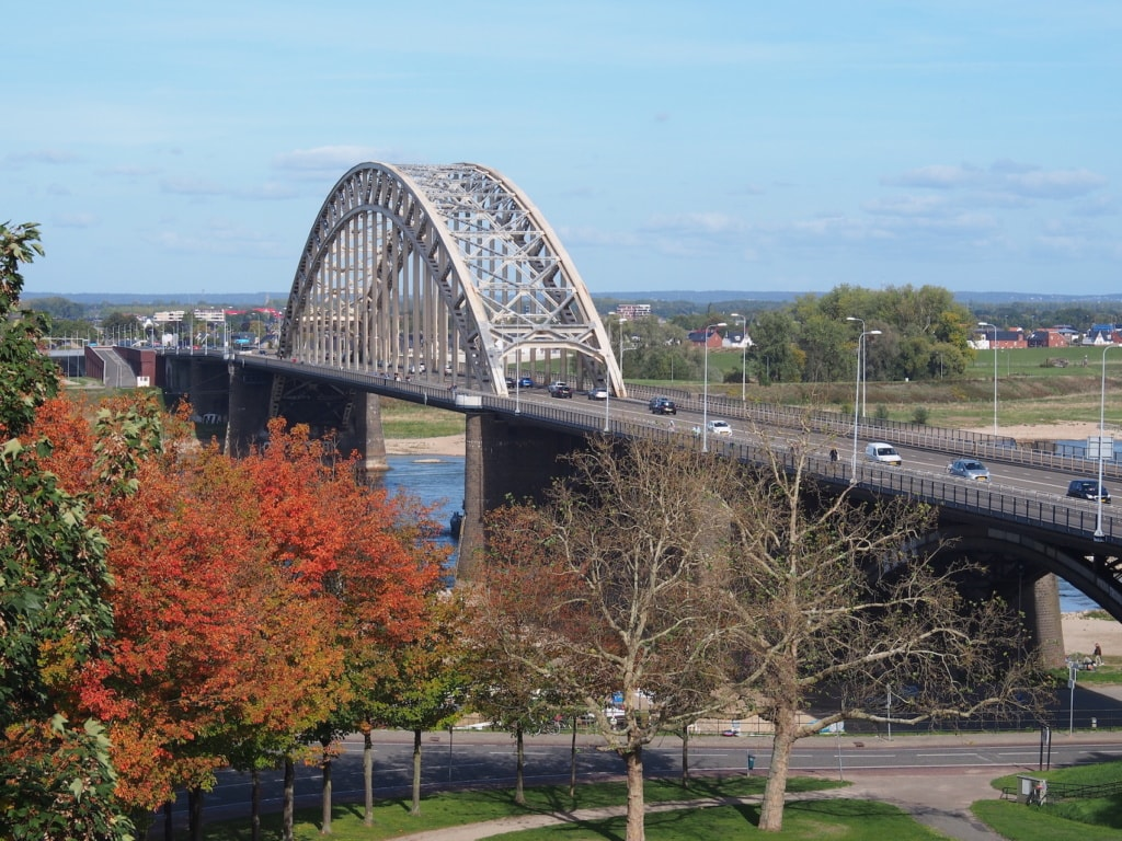 Die Waalbrug überspannt die Waal in Nimwegen, die eigentlich nur ein Nebenarm des Rhein ist.