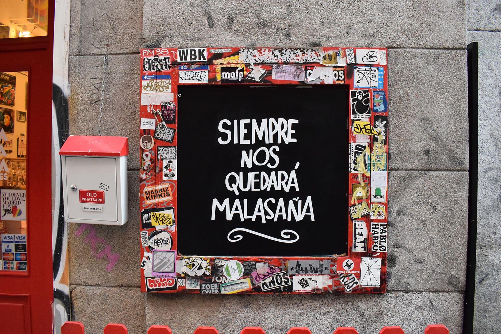 Schriftzug in dem angesagten Viertel Malasana in Madrid