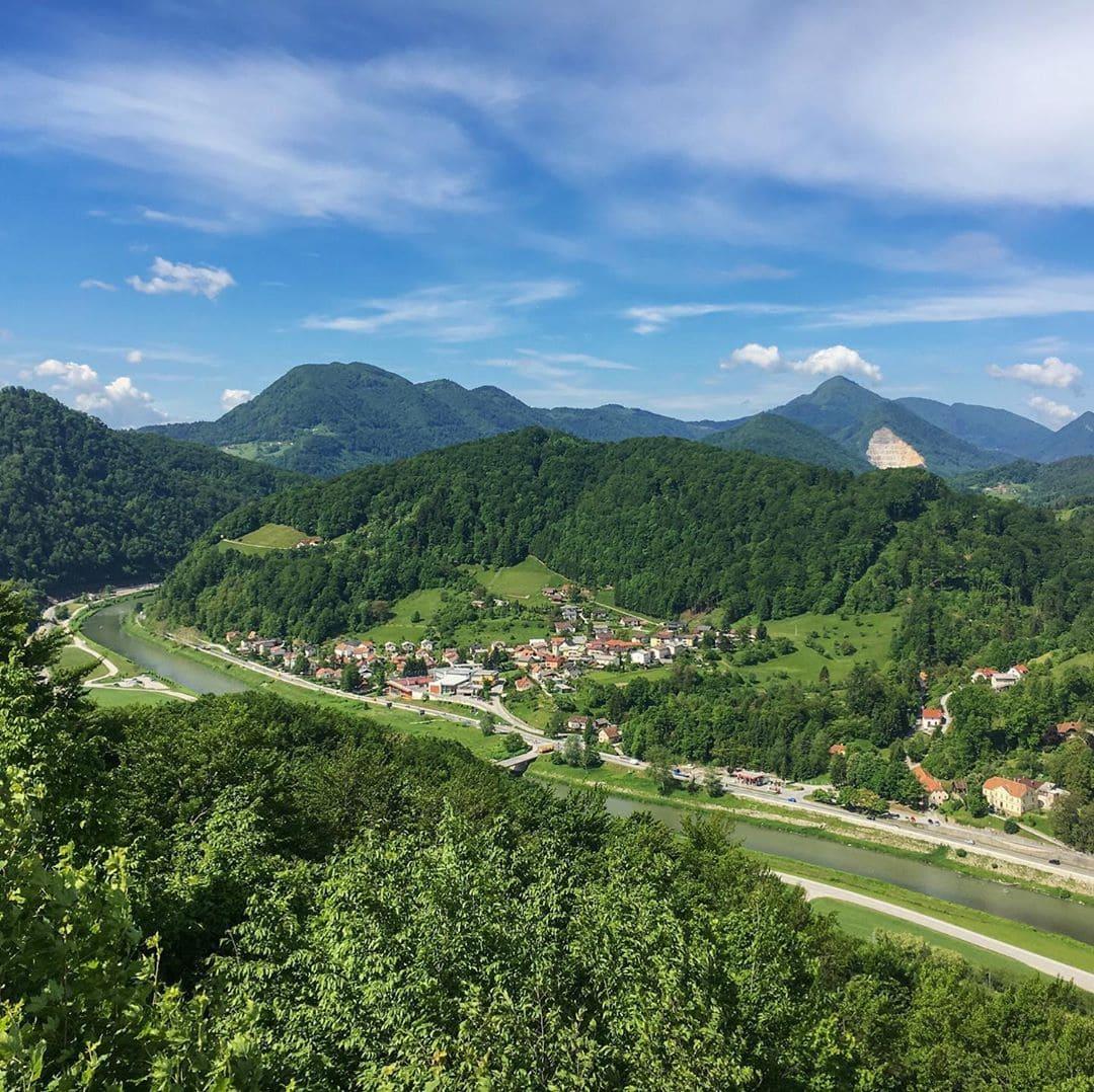 Slowenien ist noch ein wahrer Geheimtipp auf der europäischen Landkarte. Redakteur Frank @yourselfmales reiste für uns einmal quer durchs Land. Sein Fazit: definitiv eine Reise wert! Und diese Aussicht auf die Stadt Celje ist auch wirklich zum Träumen schön! #slovenia #ifeelslovenia #travelgram #reportervorort #passionpassport #travel #mytinyatlas