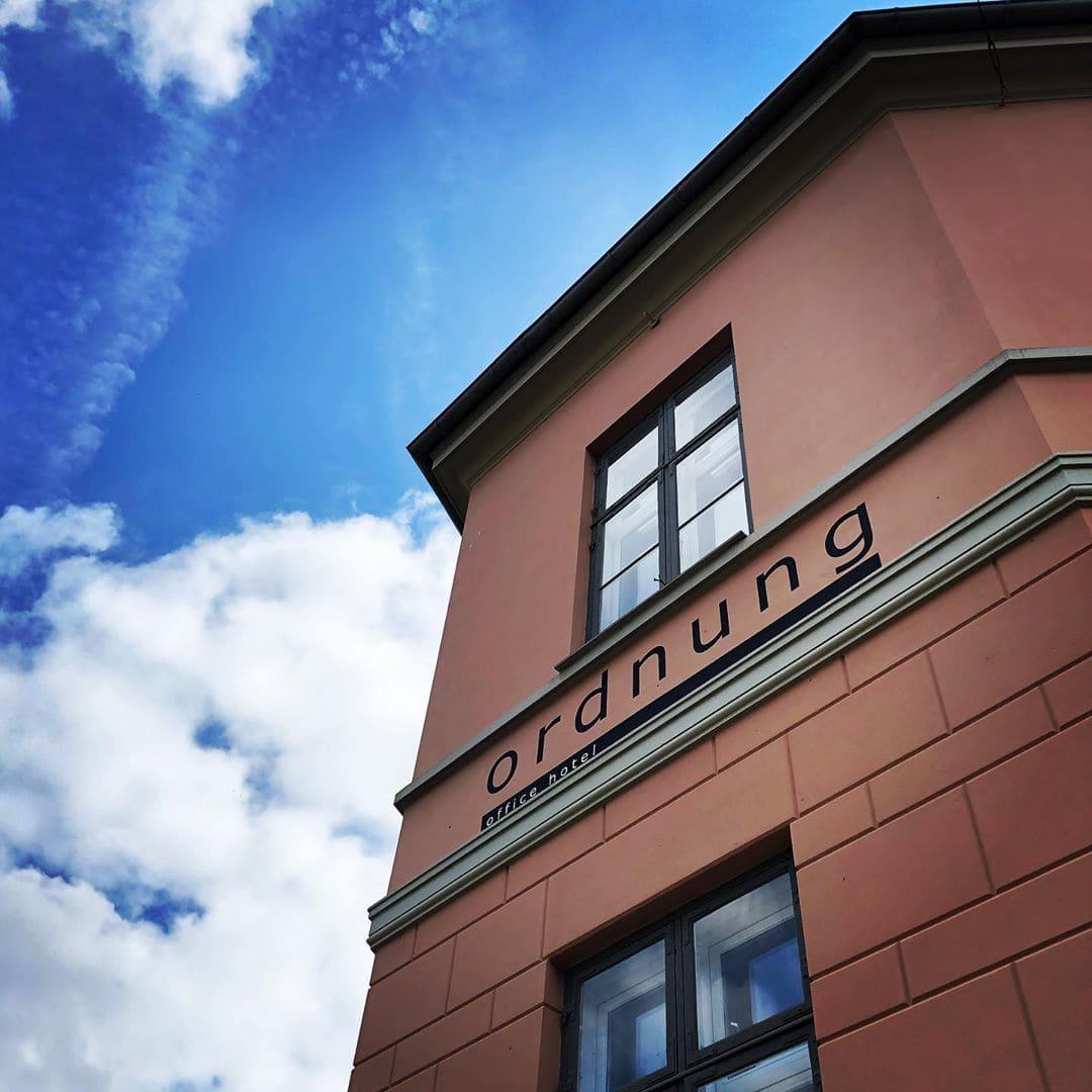 Wenn der Däne einem Hotel irgendeinen deutschen Namen geben möchte, kommt er offenbar zuallerallererst auf #Ordnung 😂 —- #hotel #dänemark #visitfyn #danmark #bestilling