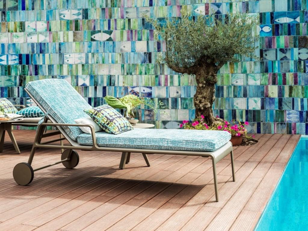 Sonnenliege am Pool im Alàbriga Hotel & Home Suite