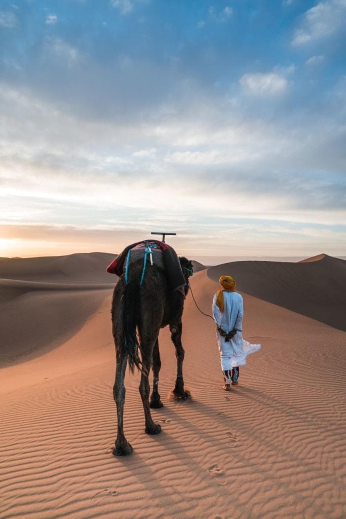 Nomade mit Kamel in Wüste