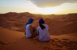 Mann Frau Wüste Sahara Marokko Sonnenuntergang