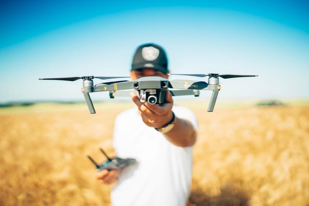 Mann hält Drohne in der Hand