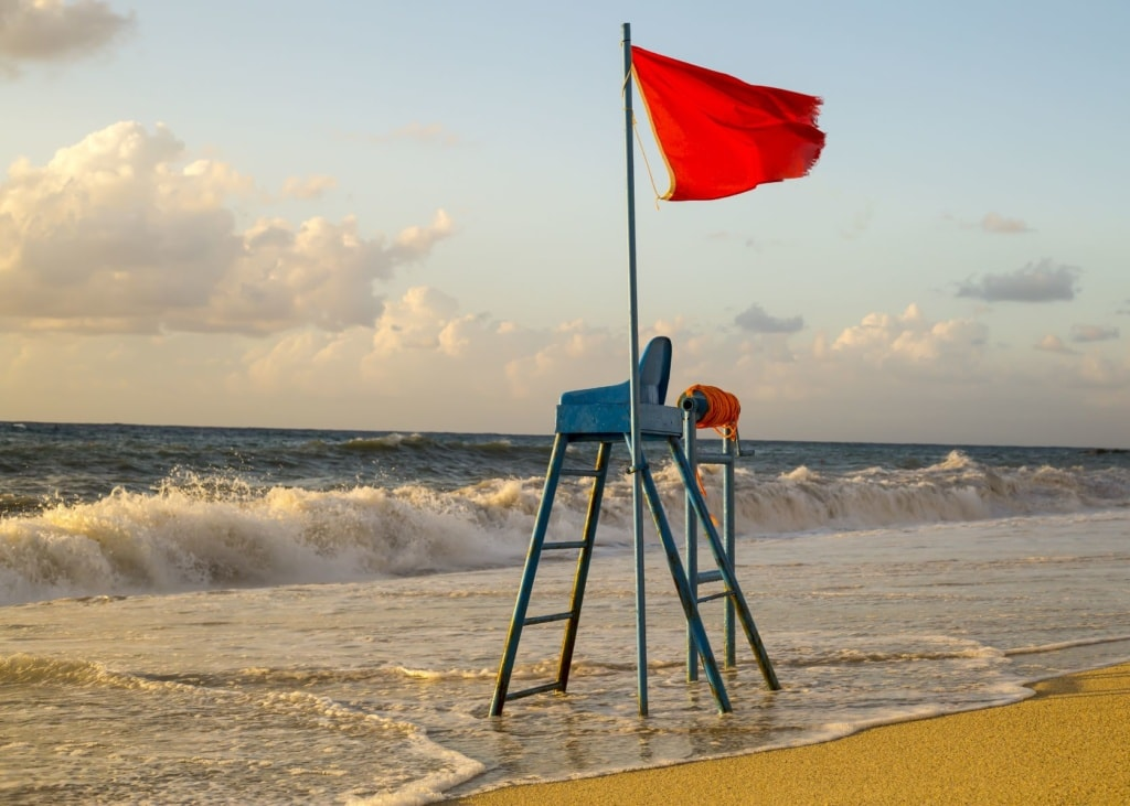 Rote Flagge am Strand