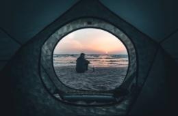 Deutschland Küste Ausflüge: Mann in Usedom sitzend am Strand