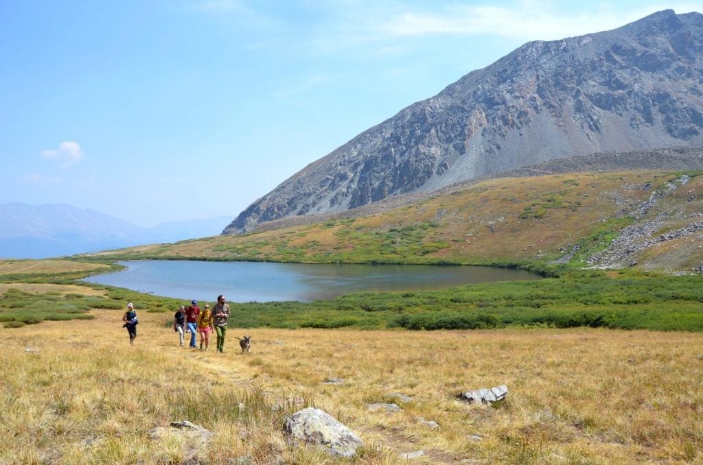 Wanderer vor einem See in Colorado