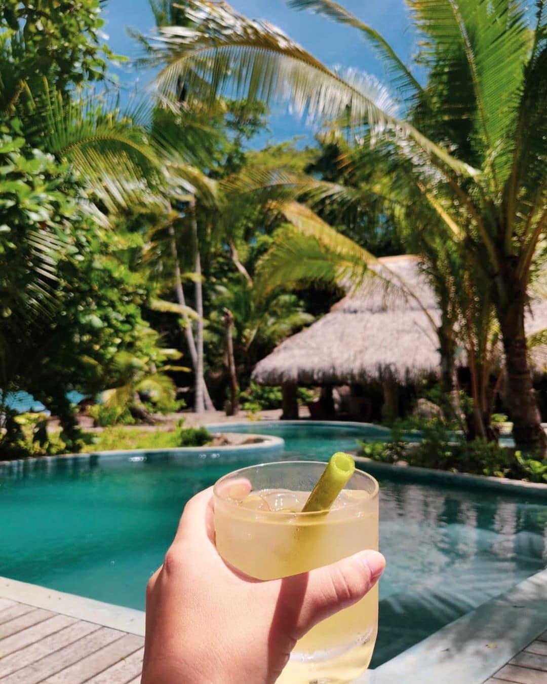 Cocktail im Paradies, und das ohne Plastik-Strohhalm. Auf Isla Palenque verwendet man stattdessen Halme der Papayapflanze. Finden wir super! #islapalenque #panama #visitpanama #passionpassport #mytinyatlas #reportervorort #travel #privateisland #explorepanama @islapalenque @cayugacollection