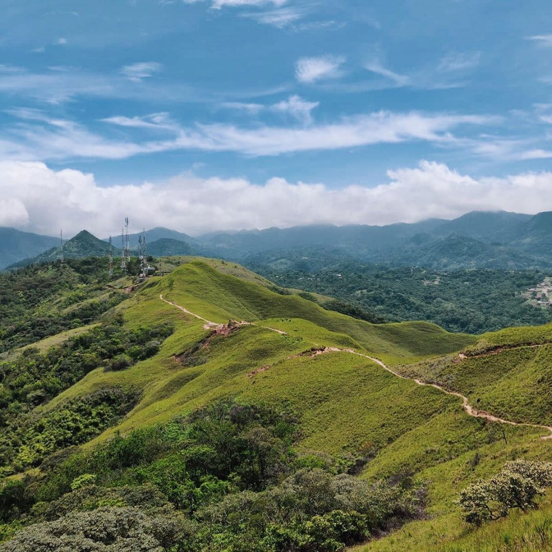 Die Wanderung auf den Cerro La Silla in Panama ist fast (!) noch ein Geheimtipp. Von der Spitze genießt man einmalige Aussichten auf das Dorf El Valle de Antón, das in einem erloschenen Vulkankrater liegt. Auf der Tour ist Redakteurin Linda @gold_gelb nicht einem einzigen Menschen begegnet. Einzig und allein eine Gruppe Greifvögel hat sie begleitet. #panama #reportervorort #visitpanama #passionpassort #welivetoexplore #travelgram #mytinyatlas