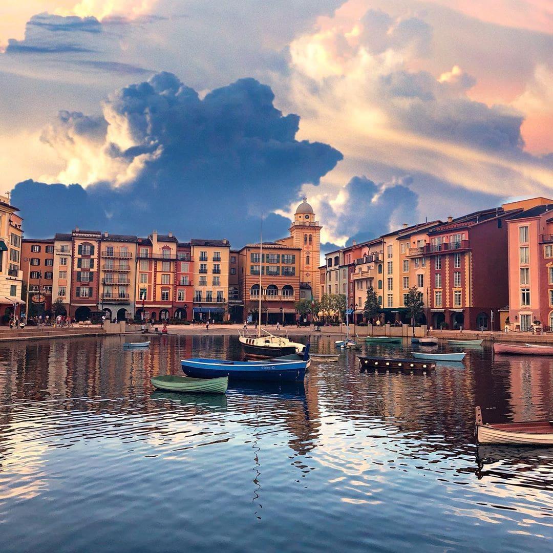 Dramatische Sturmkulisse über Portofino? Nein, es ist das @loewshotels Portofino Bay in #Orlando, #Florida. Das unerwartet toll war, sagt @fraumuksch. Klar, man muss die aufgestülpte Kulisse akzeptieren. Aber die Zimmer waren schön, das Essen war super, das Personal sehr freundlich und aufmerksam. Und eins steht fest: Die Universal Freizeitparks in Orlando sind wirklich ein Besuch wert.