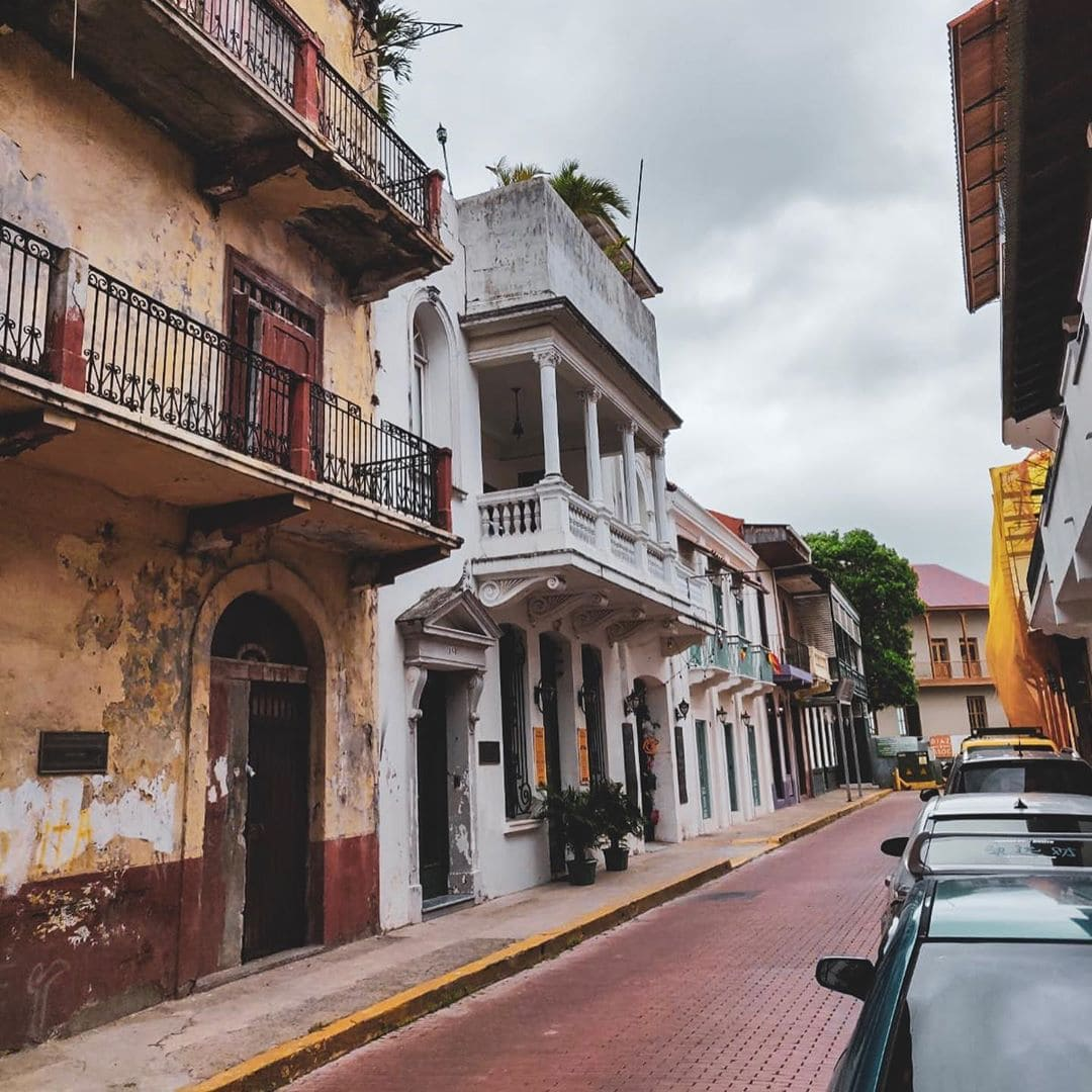 Für einen Abstecher zum berühmten Panama-Kanal hatte Linda @gold_gelb leider keine Zeit. Dafür hat sie einfach im Casco Viejo die maroden, teils restaurierten bunten Kolonialhäuser bestaunt. #panama #visitpanama #passionpassport #travel #reportervorort #mytinyatlas #panamacity #pty