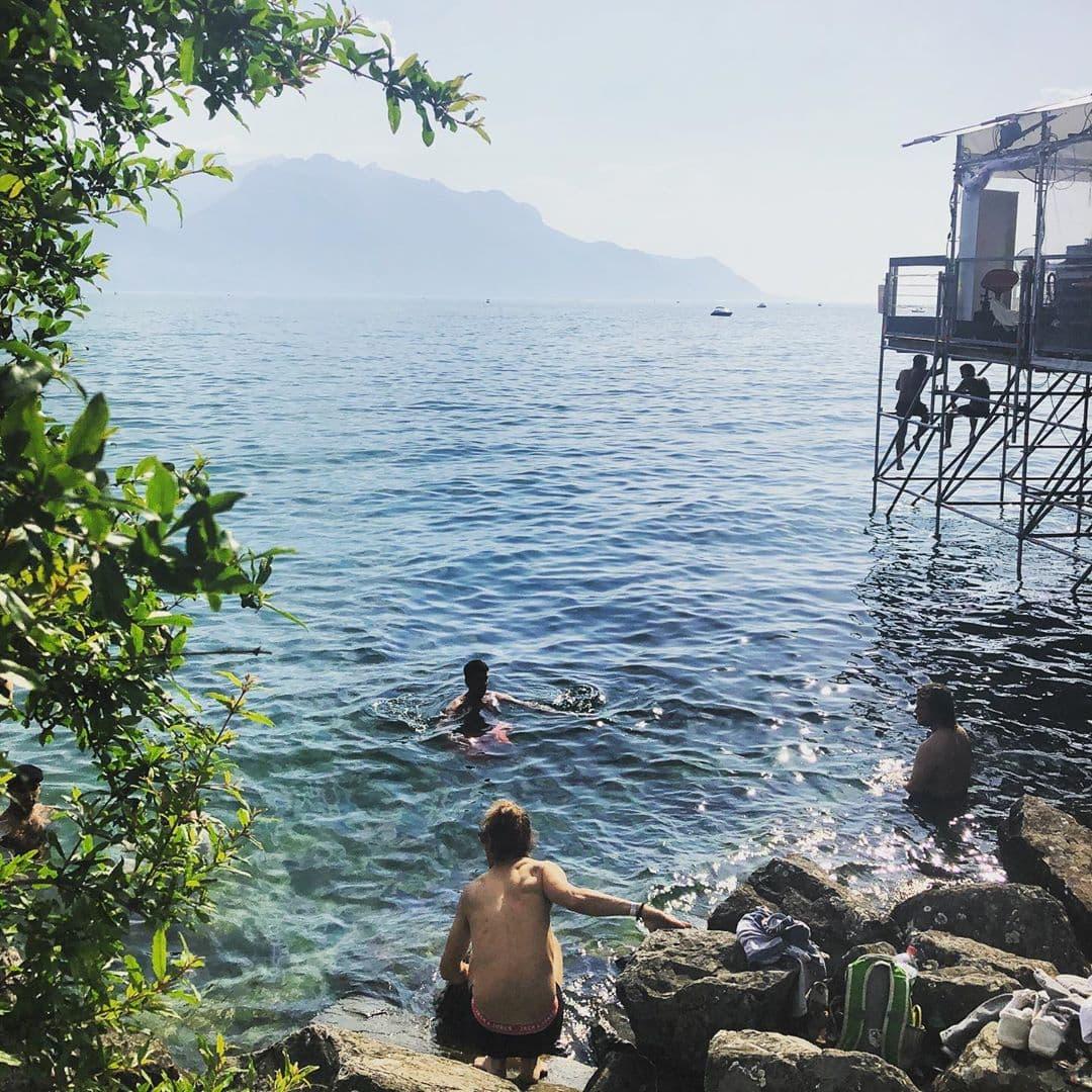 @fraumuksch hat für uns die Stimmung vom #montreuxjazzfestival eingefangen. Tagsüber schwimmen im Genfer See, abends der Musik lauschen und wer mag kann in der #ibismusic Lounge bis 4 Uhr morgens das Tanzbein schwingen. Am schönsten ist jedoch das Setting. Traumhaftes Panorama. Echt toll.  #passionpassport #travelgram #welivetoexplore #switzerland🇨🇭
