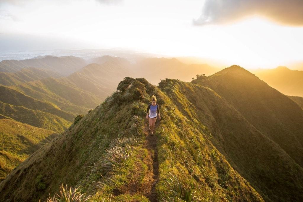 Frau auf Haiku Stairs auf Hawaii