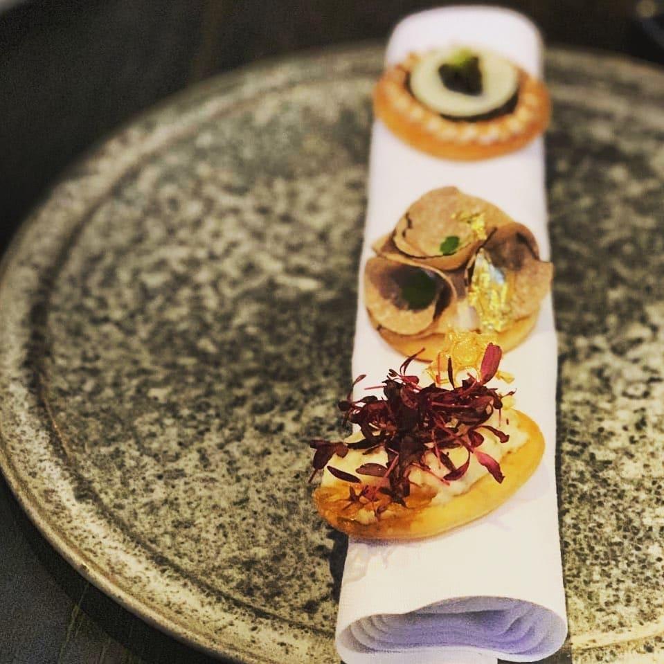 Im the Bay Course, Costa Navarino hat für den Sommer Funky Gourmet die Küche übernommen. Die Michelin Star gekrönten Zauberer des Kochduos servieren pure Avantgarde mit Staunfaktor 10 plus Sternchen auf den Tellern der Hungrigen. 14 Gänge von Georgianna Hiliadaki und Nikos Roussos spektakulär in Szene gesetzt, verwöhnen die Gäste im kürzlich eröffneten Clubhaus. @aspirinia hat schon mal vorgekostet. #funkygourmet #costanavarino