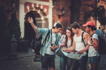 junge touristen beim sightseeing