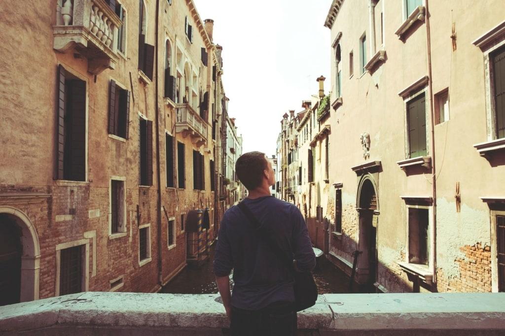 junger tourist in venedig