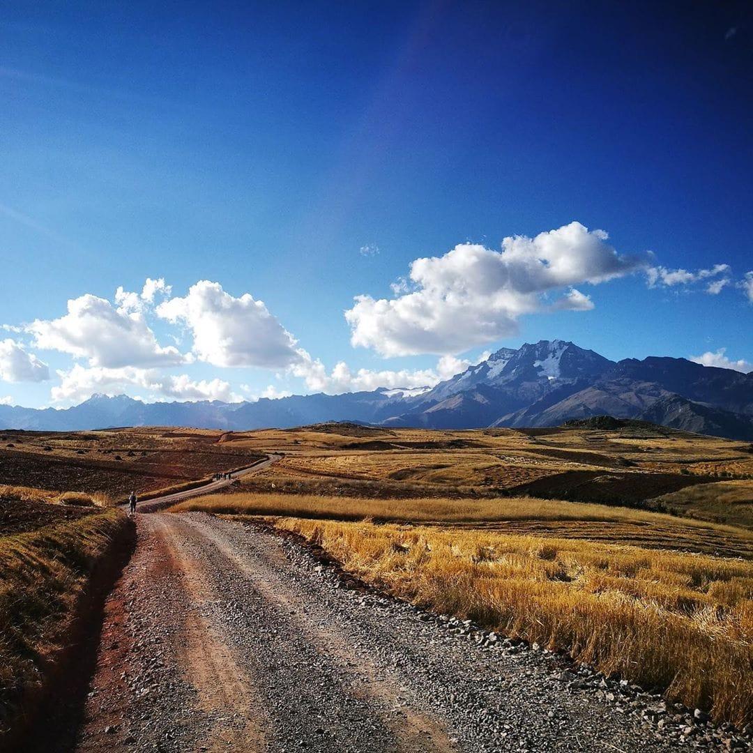 Reporter @bunducafe unterwegs in #Peru. Hier im Valle Sagrado – Chinchero auf dem Weg zurück nach Urquillos. Mit traumhafter Aussicht auf die Cordillera. #welivetoexplore #mytinyatlas #travelgram #perutravel