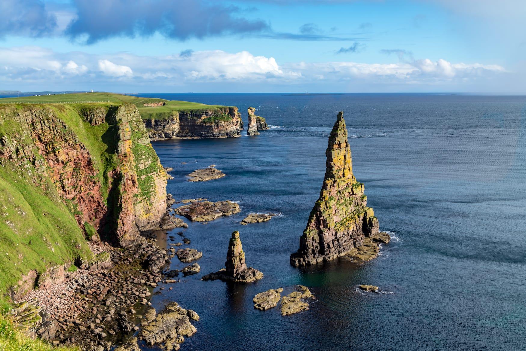 Felsen im Meer vor der Küste in Schottland