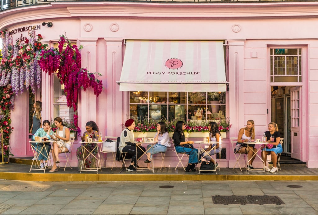 Pinke Hausfassade des Peggy Porschen Cafes in London