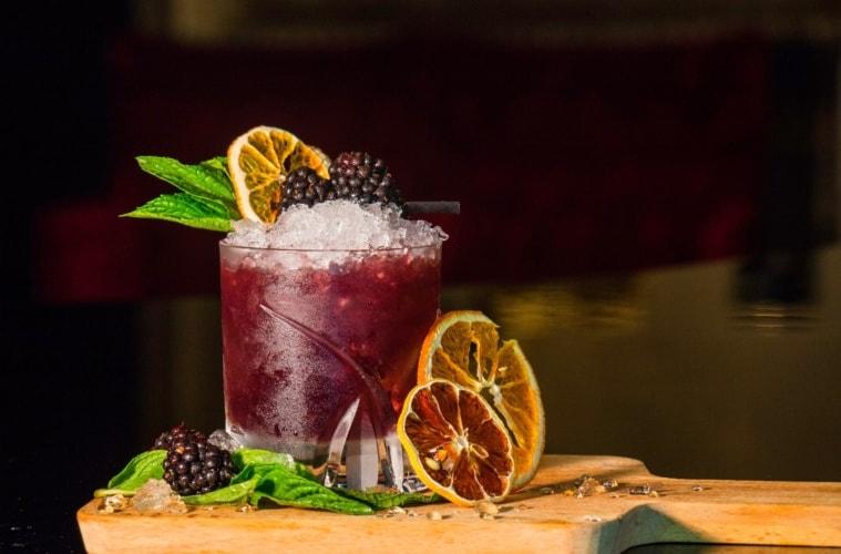 Signature Cocktail: Glas mit Brombeeren