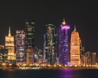 Die leuchtende Skyline von Qatar bei Nacht ist ein Musst-See in Qatar.