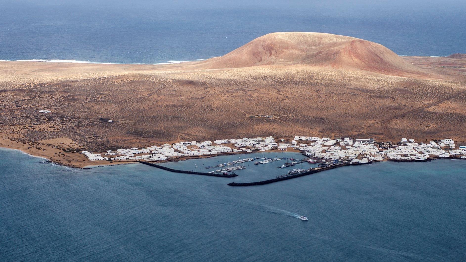 Fischerdorf Puerto de La Graciosa aus der Vogelperspektive
