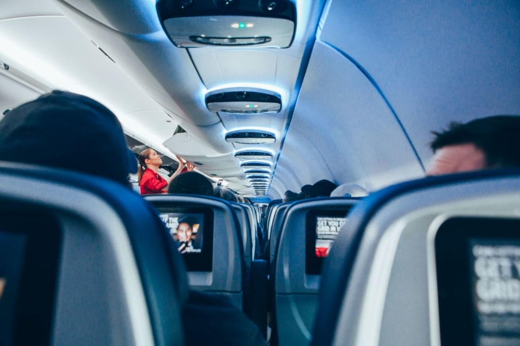 Flugzeug Kabine Passagiere Flugbegleiterin
