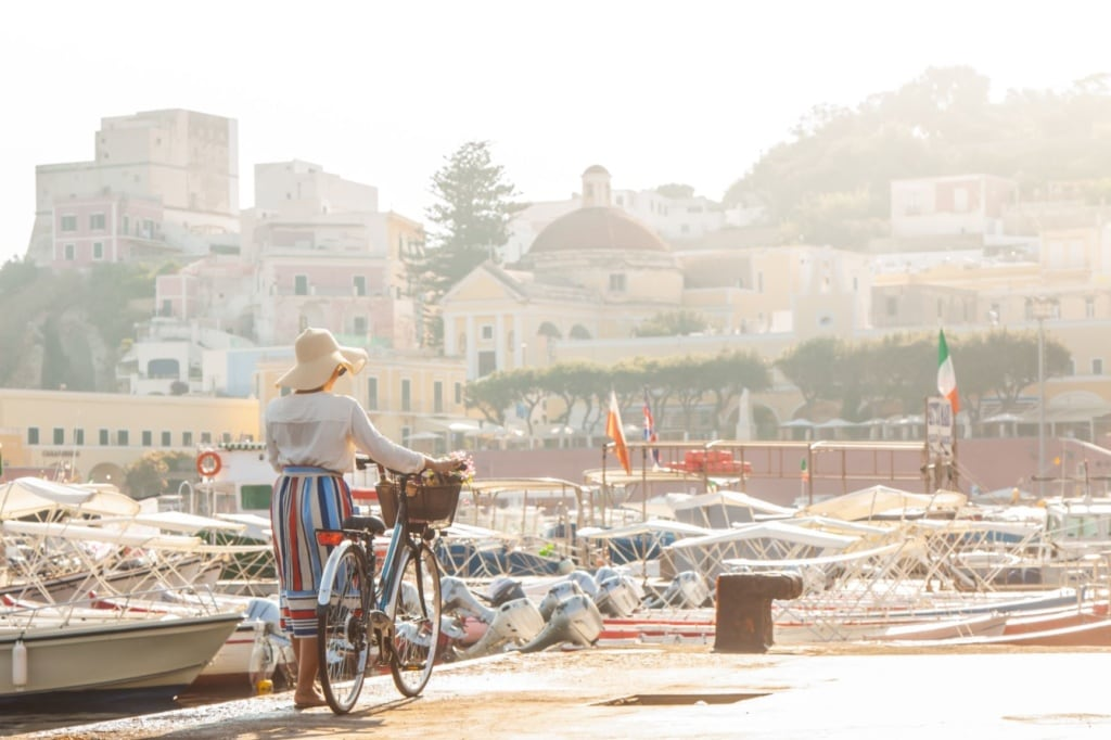 Frau am Hafen von Ponza mit Fahrrad
