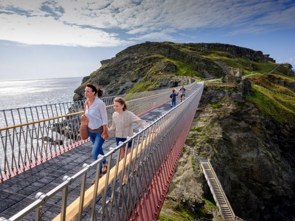 Neue Brücke: Tintagel Castle wiedervereint