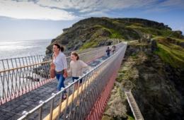 Familie überschreitet die neue Brücke am Tintagel Castle