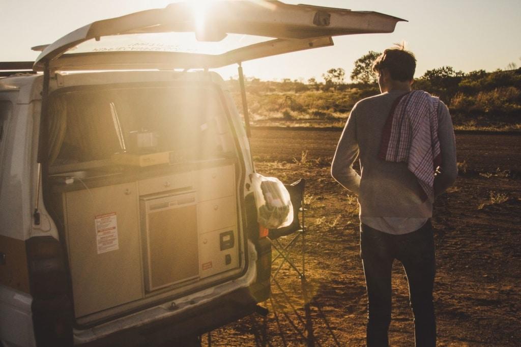 Mann beim Camping in Australien