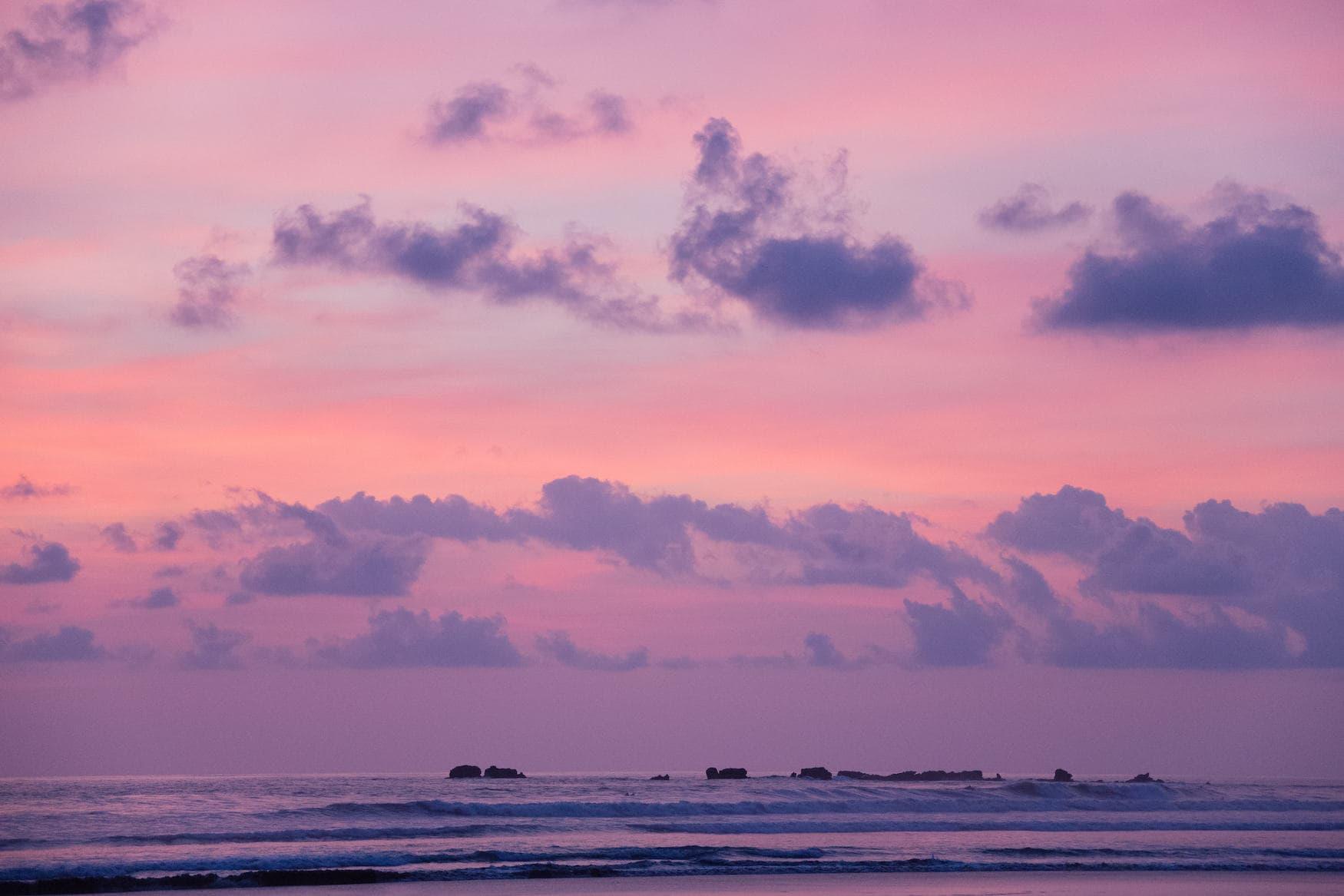 Pastellfarbener Sonnenuntergangüber dem Pazifik in Nosara, Costa Rica