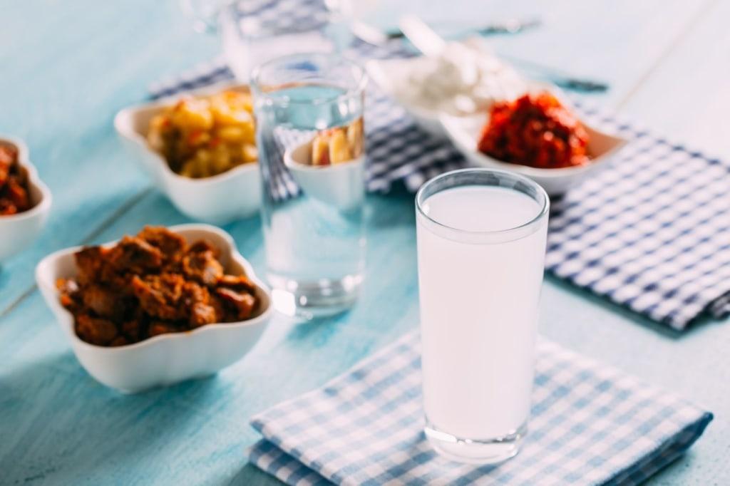 Glas Ouzo auf Tisch
