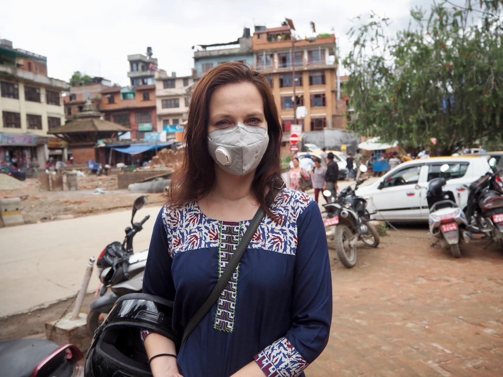 Kolumnistin Susanne mit Maske in Kathmandu, Nepal,