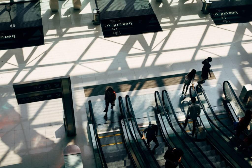 Rolltreppe Flughafen Passagiere